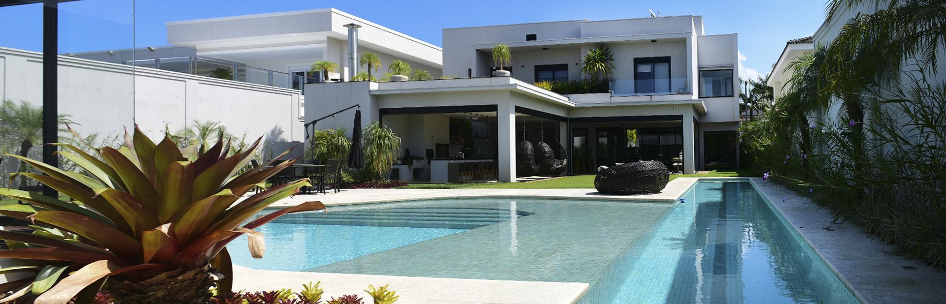 Esta bela mansão do Jardim Acapulco é simplesmente escultural.