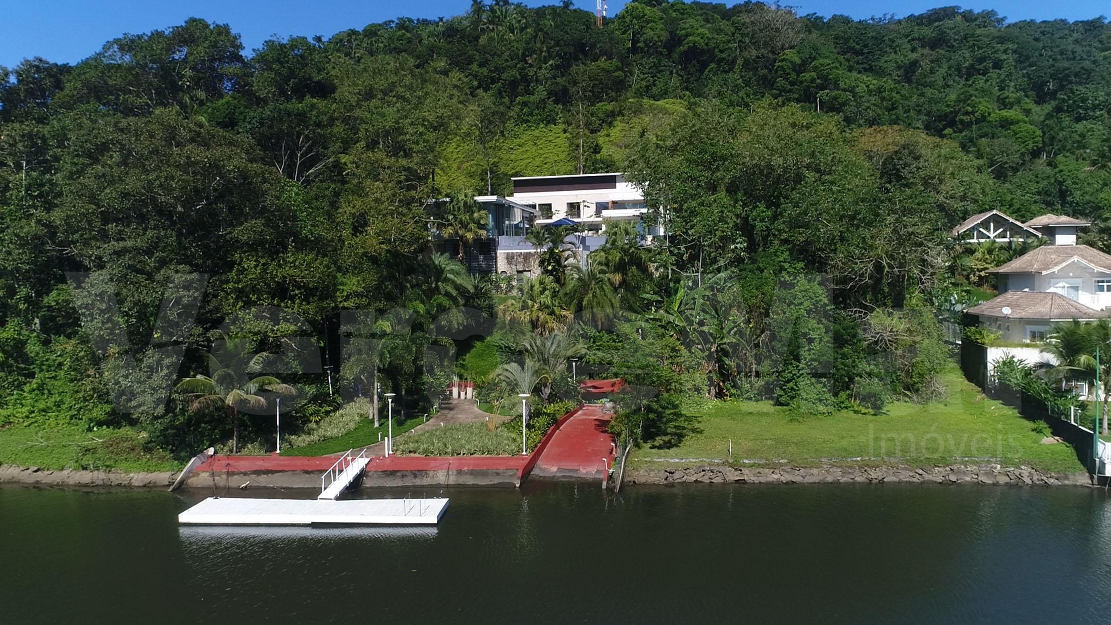 Mansão na Marina Guarujá, com pier para barco.